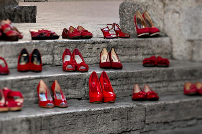 Scarpe rosse: uniti contro la violenza sulle donne