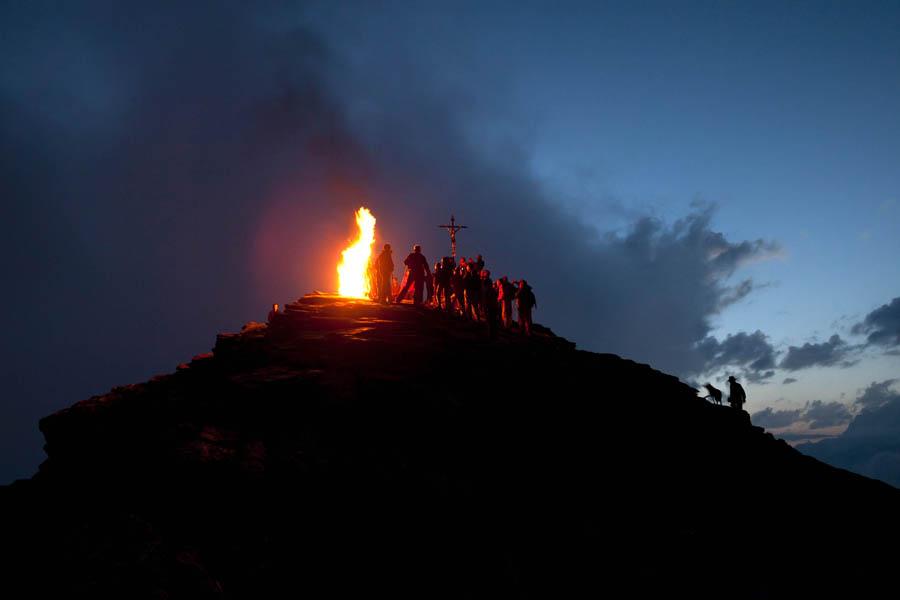 Valle d'Aosta, Nella notte del 29 giugno, giorno dedicato a San Pietro e Paolo, sulla cima della Becca- di -Viou montagna alta 2856 m. viene acceso un grande falò con le fascine portate a spalla dalla gente che sale. L'origine del fuoco è da legare al solstizio d'estate .